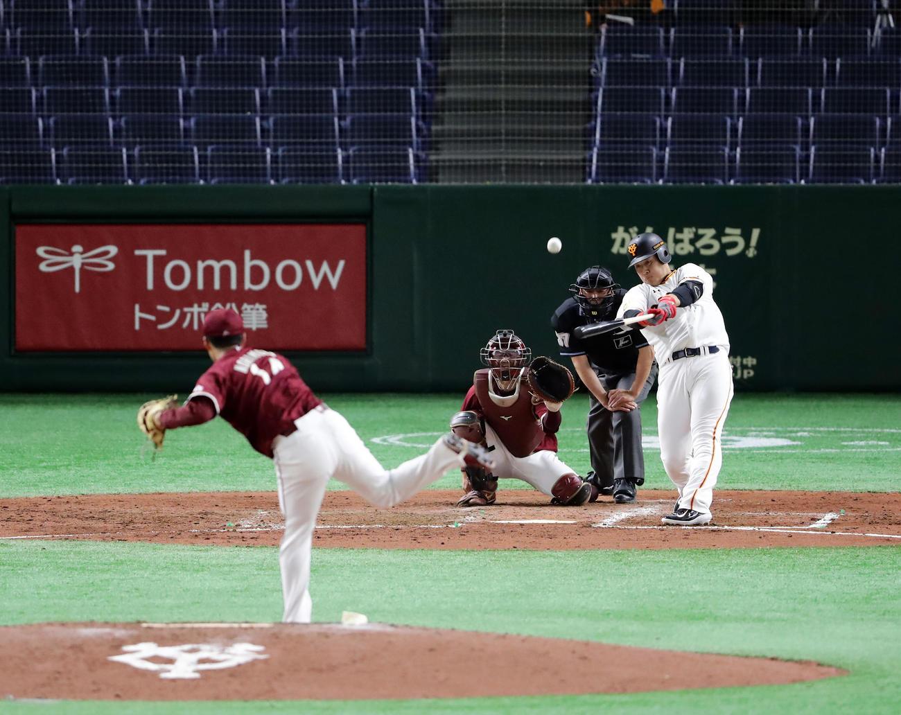 巨人対楽天 4回裏巨人2死、岡本は左中間ソロ本塁打を放つ。投手則本(撮影・浅見桂子)