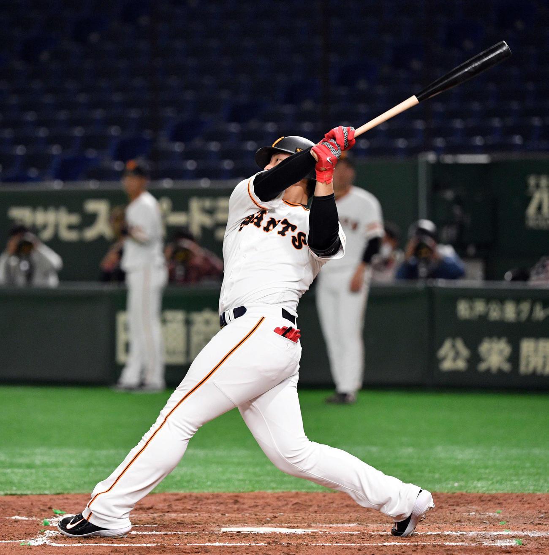 巨人対楽天 4回裏巨人2死、岡本は先制の中越えソロ本塁打を放つ(撮影・滝沢徹郎)