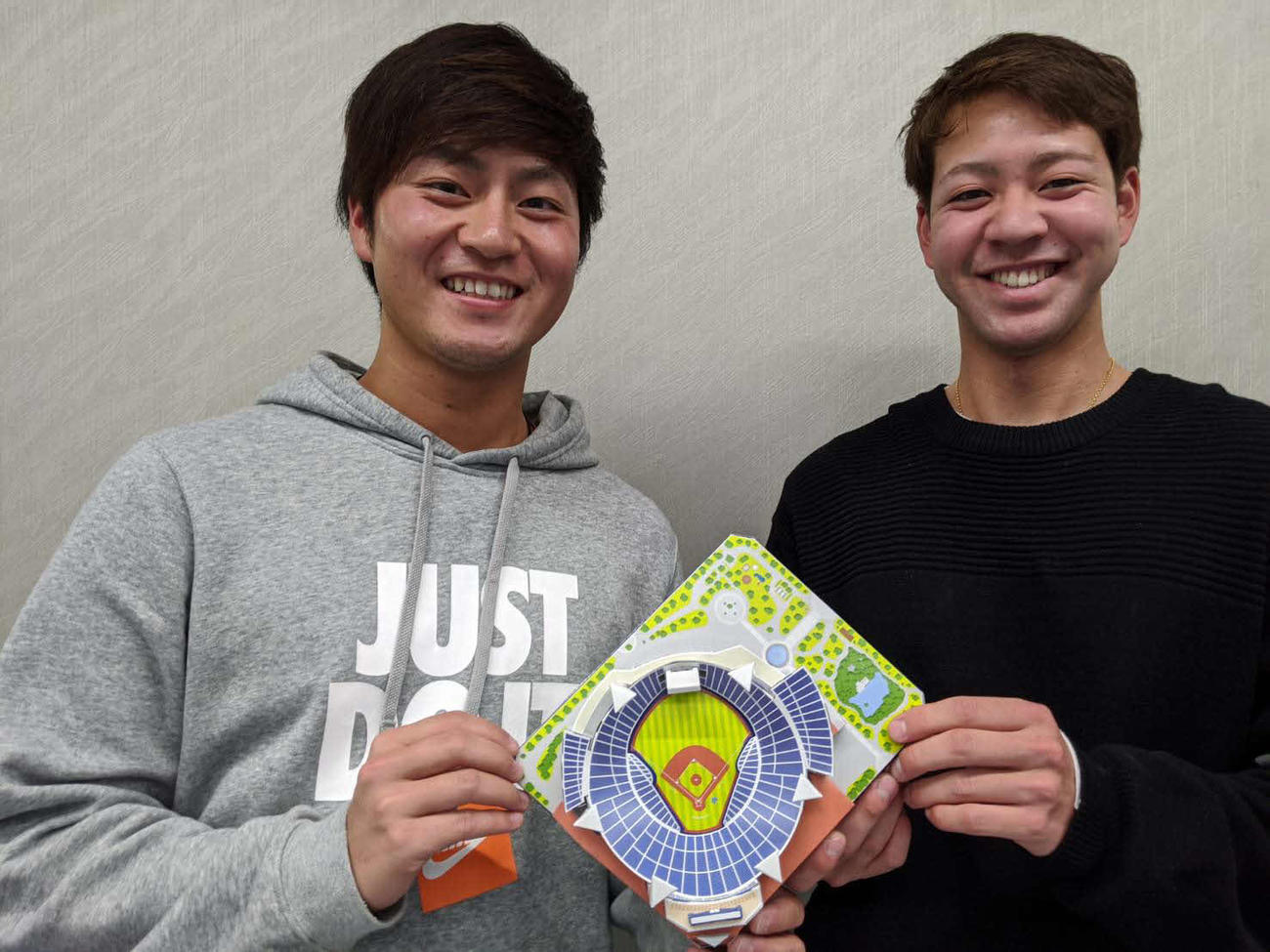 横浜スタジアムペーパークラフトを手にするDeNA砂田(左)と平良