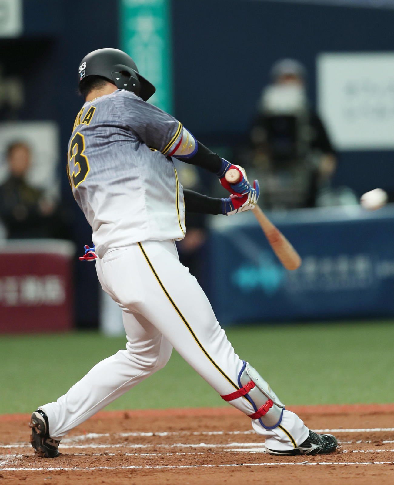 2回表阪神無死一、二塁、左中間へ先制適時二塁打を放つ糸原(撮影・前田充)