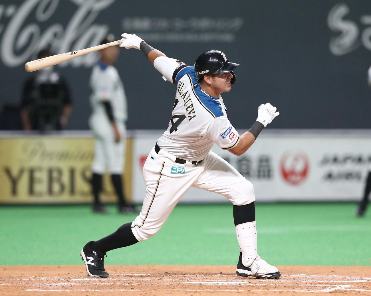 3回裏に走者一掃の二塁打を放つ日本ハムビヤヌエバ(撮影・黒川智章)