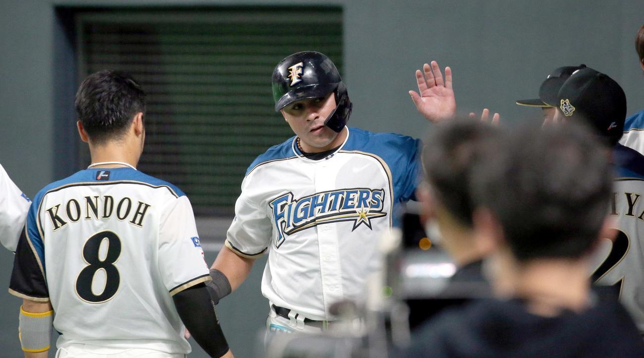 走者一掃となる適時二塁打を放ちチームメートに出迎えられるビヤヌエバ(撮影・佐藤翔太)