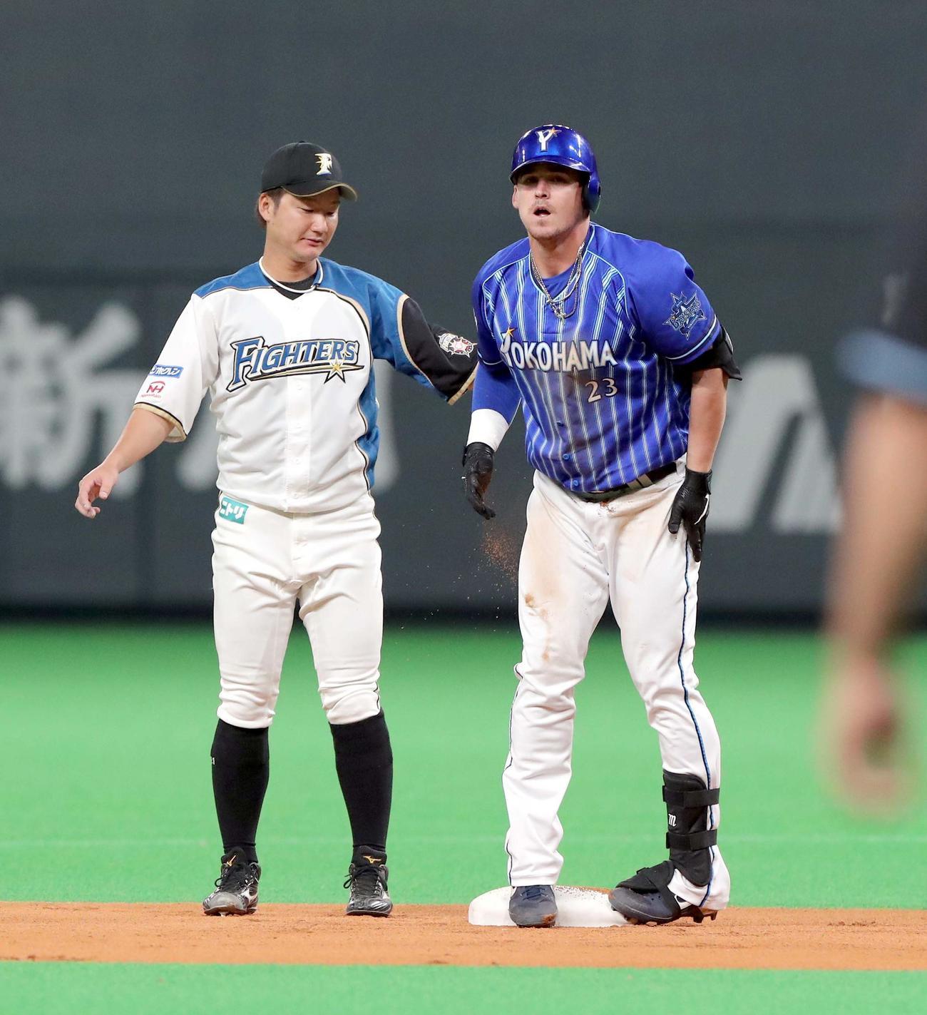 日本ハム対DeNA 1回表DeNA1死二塁、先制となる適時二塁打を放ち二塁に滑り込むオースティン(撮影・佐藤翔太)