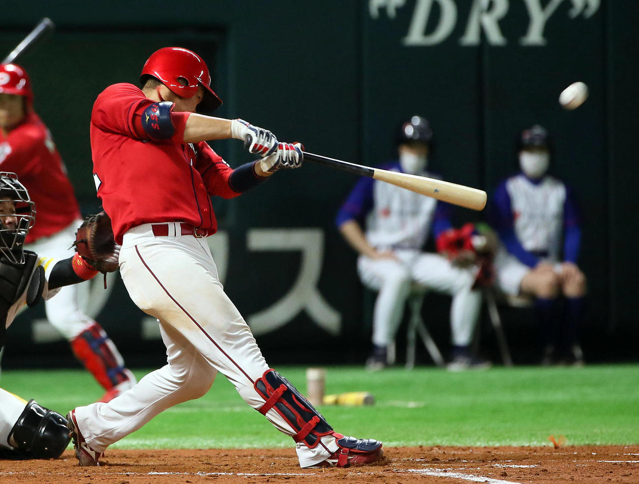 ソフトバンク対広島 オープン戦 8回表広島1死一塁、坂倉は右中間へ同点2点本塁打を放つ(撮影・栗木一考)