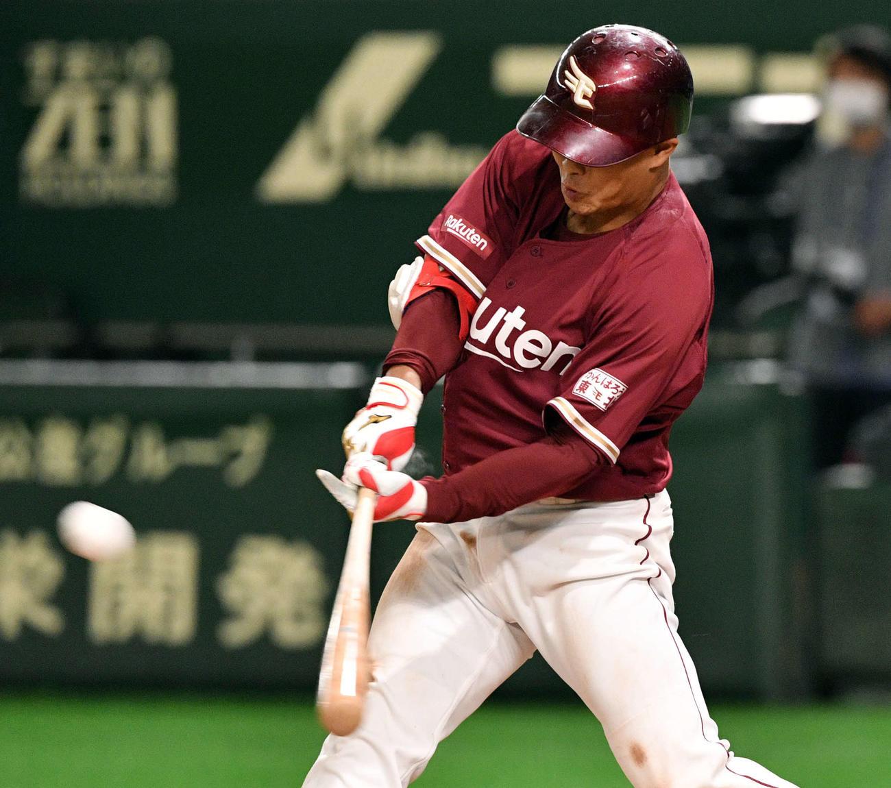 巨人対楽天 5回表楽天1死満塁、山崎幹は左越え2点適時二塁打を放つ(撮影・滝沢徹郎)