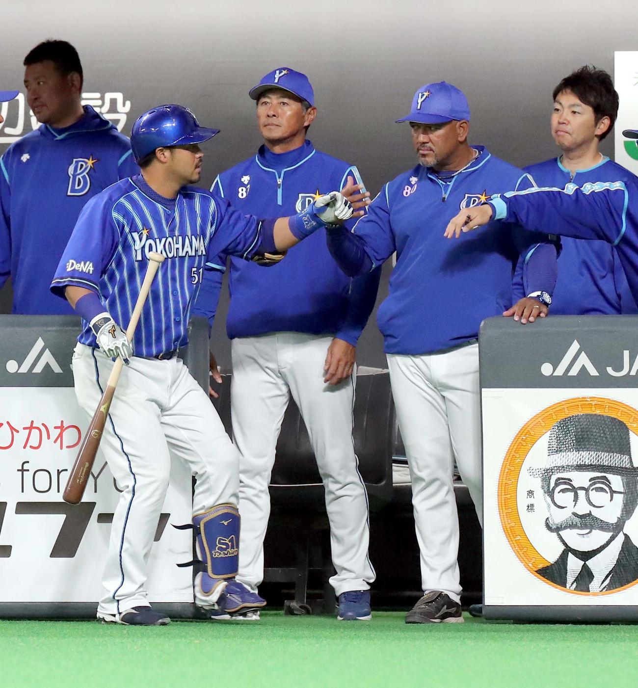 日本ハム対DeNA 6回表DeNA2死一、二塁、宮崎は勝ち越しとなる適時二塁打を放ちラミレス監督(右から2人目)とタッチを交わす(撮影・佐藤翔太)