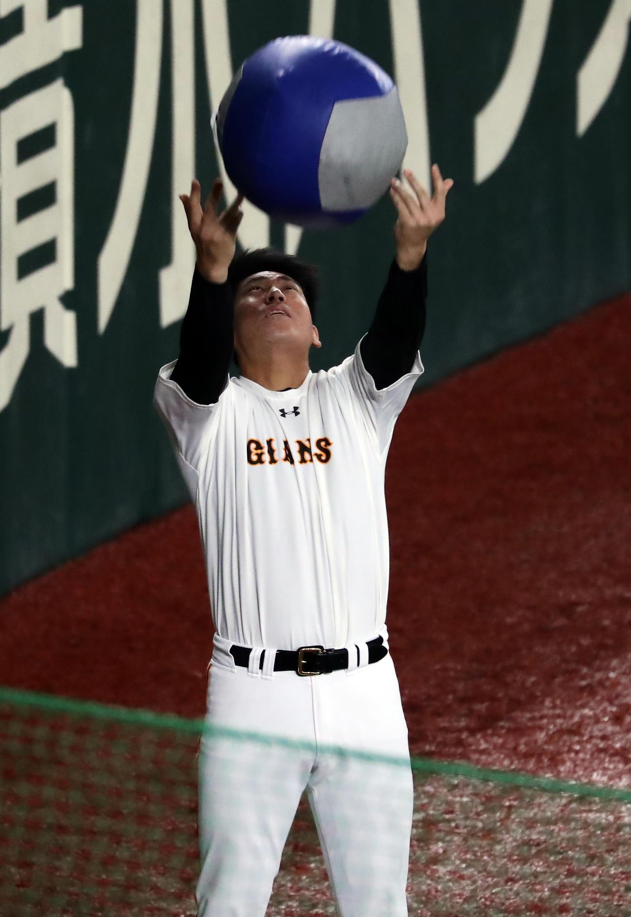巨人対楽天 試合前練習でメディシンボールを投げる巨人桜井(撮影・浅見桂子)