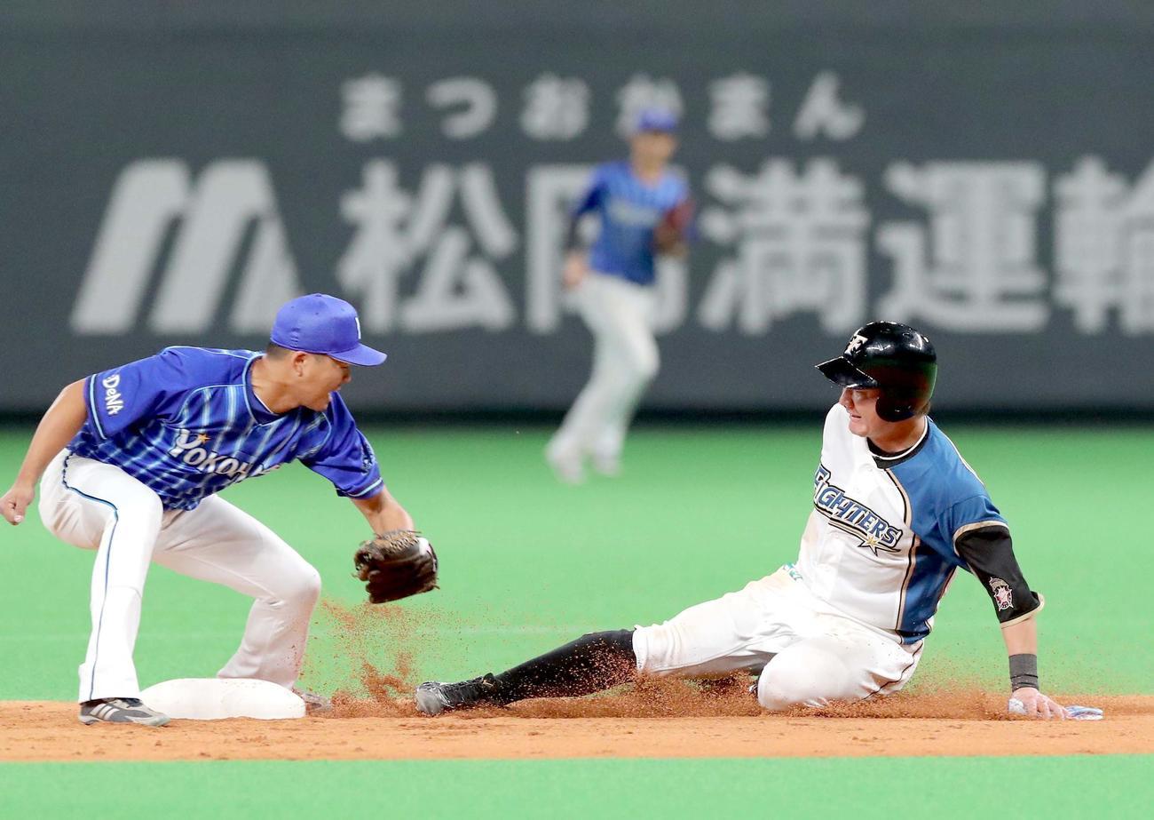 日本ハム対DeNA 4回裏日本ハム1死一塁、二盗する渡辺(撮影・佐藤翔太)