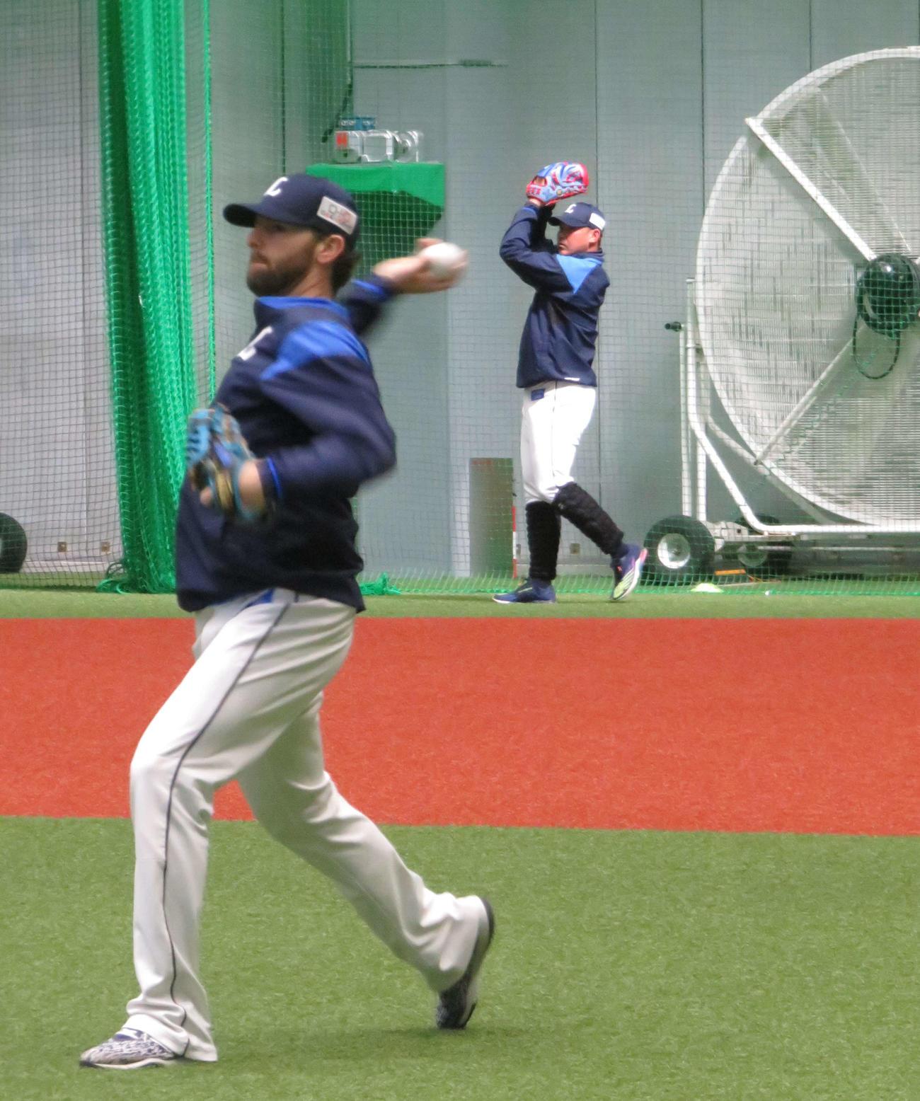 室内練習場でキャッチボールをする西武ニール(手前)と松坂(撮影・栗田成芳)