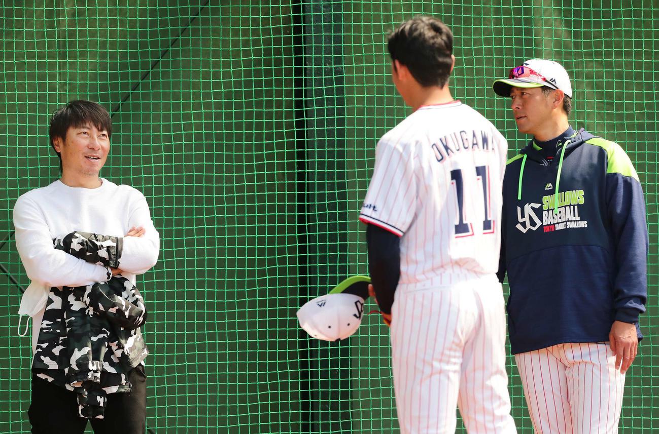 ブルペン投球を終えたヤクルト奥川(中央)と話す高津監督(左)。右は小野寺コーチ(撮影・丹羽敏通)