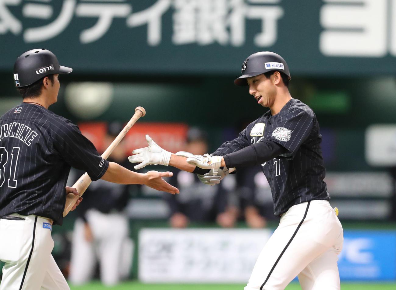 ソフトバンク対ロッテ 1回表ロッテ無死、福田秀平は右越えに先制本塁打を放ちナインとハイタッチをかわす(撮影・梅根麻紀)