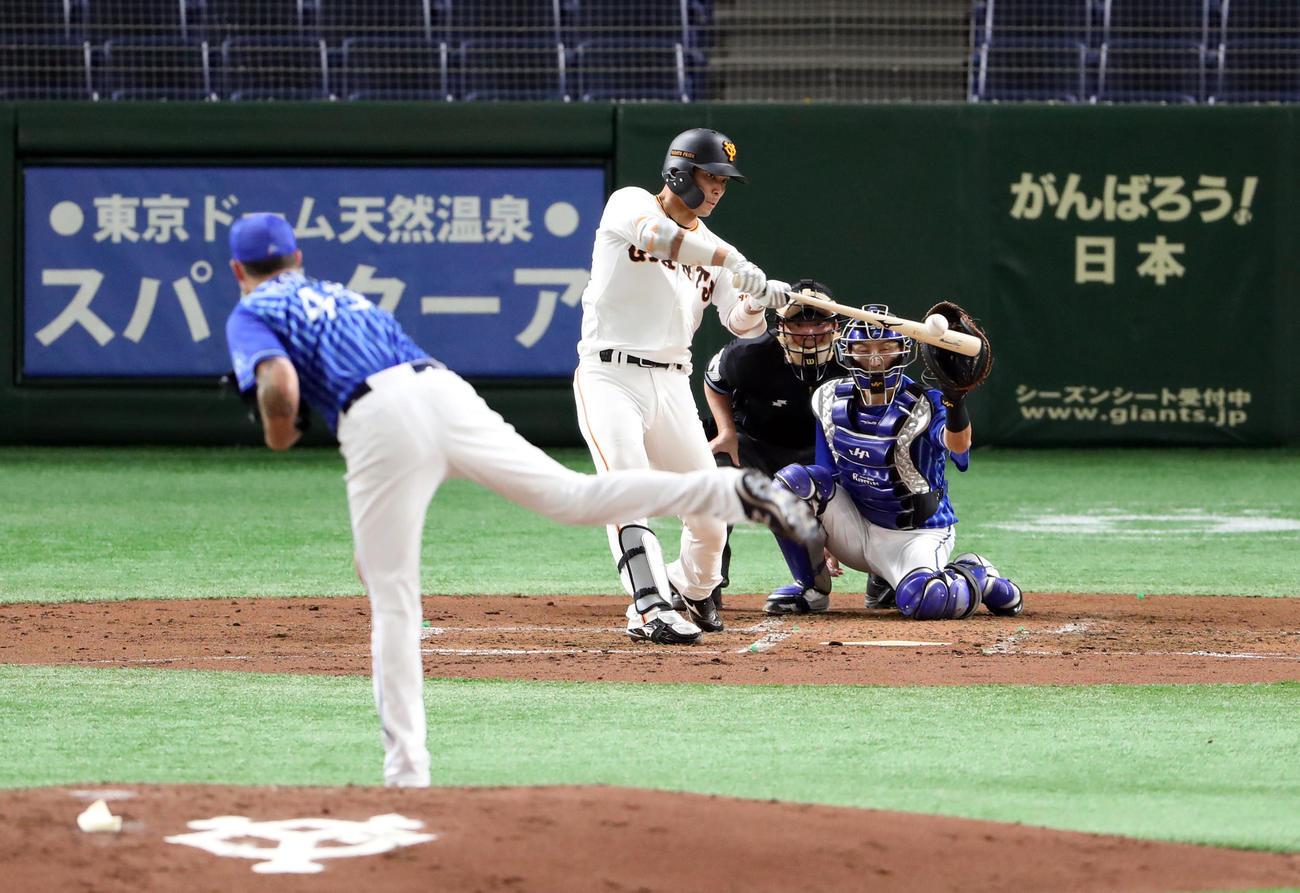 巨人対DeNA 3回裏巨人無死、ソロ本塁打を放つ大城。投手ピープルズ(撮影・狩俣裕三)