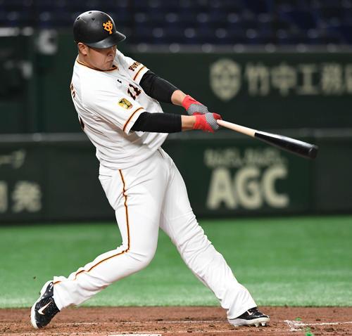 巨人対DeNA 2回裏巨人無死、岡本は左越えソロ本塁打を放つ(撮影・山崎安昭)