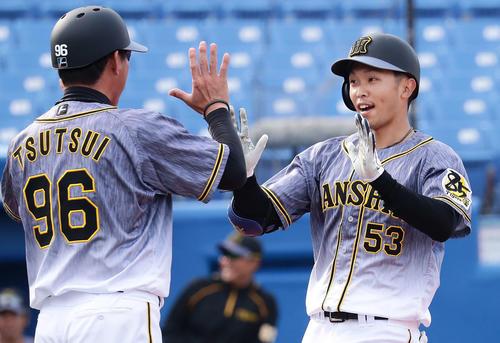 ヤクルト対阪神 7回表阪神無死、島田(右)は右越えに本塁打を放ち筒井壮コーチに迎えられる(撮影・丹羽敏通)