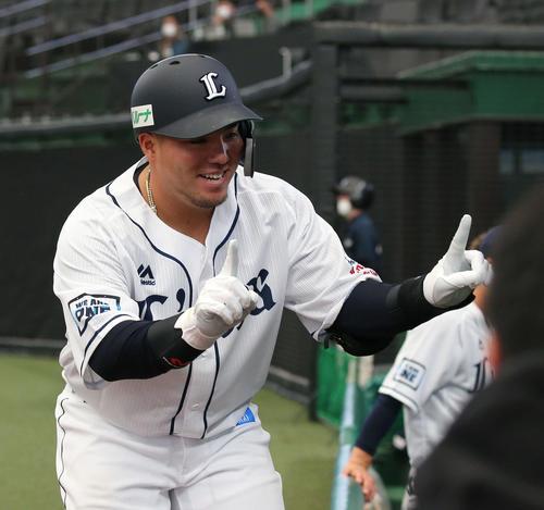 西武対日本ハム 4回裏西武1死、左中間に本塁打を放ちお久しぶりのポーズを見せる山川(撮影・井上学)