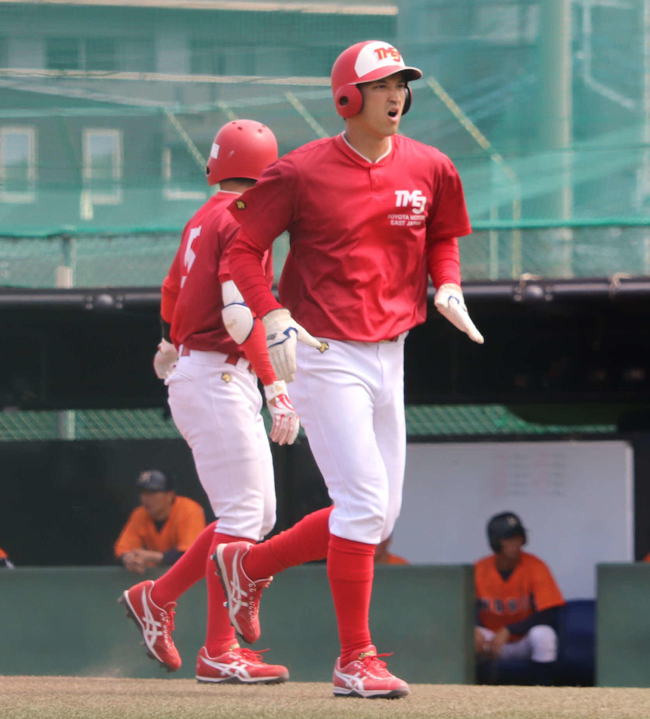法大との練習試合で本塁へ生還するトヨタ自動車東日本・大谷龍太(撮影・湯本勝大)