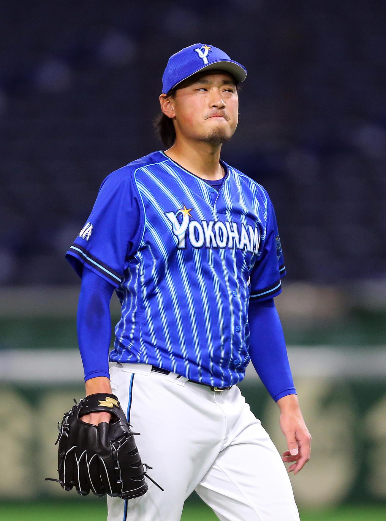 巨人対DeNA 5回裏巨人1死三塁、左翼線に適時二塁打を打たれ顔をしかめる石田(撮影・大野祥一)