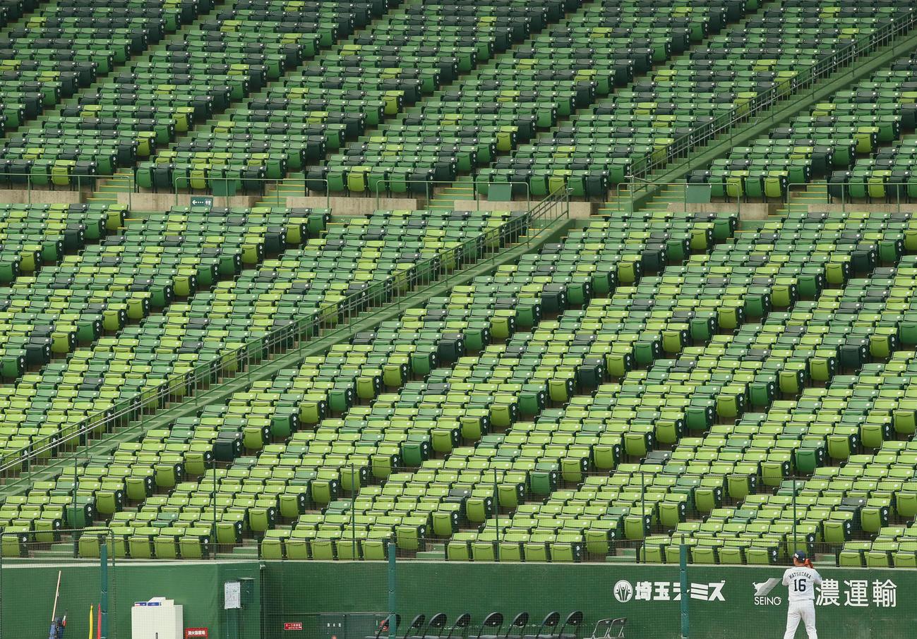 西武-日本ハム線の試合前、無観客のスタンドを横目にブルペン投球する西武松坂(撮影・足立雅史)