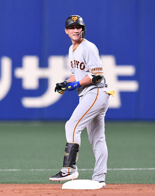 中日対巨人 5回表巨人1死二塁、適時二塁打を放ち笑顔の小林(撮影・山崎安昭)