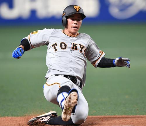 中日対巨人 5回表巨人1死二塁、松原は右中間へ適時三塁打を放ち勢いよくスライディング(撮影・山崎安昭)