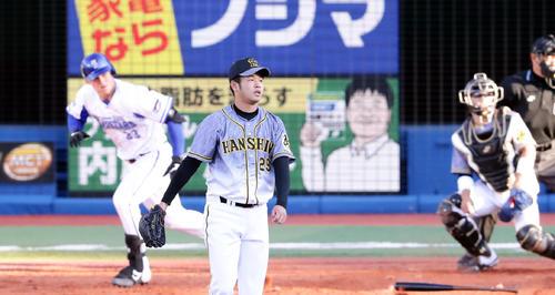 DeNA対阪神 2回裏DeNA2死二、三塁、オースティンに勝ち越し2点左適時二塁打を許し打球を見つめる投手高橋(撮影・浅見桂子)