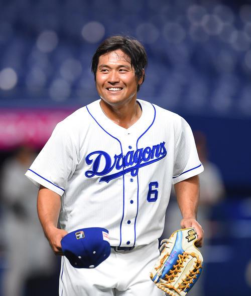 中日対巨人 2回裏中日攻撃終了、笑顔で守備につく適時二塁打を放った平田良介(撮影・森本幸一)