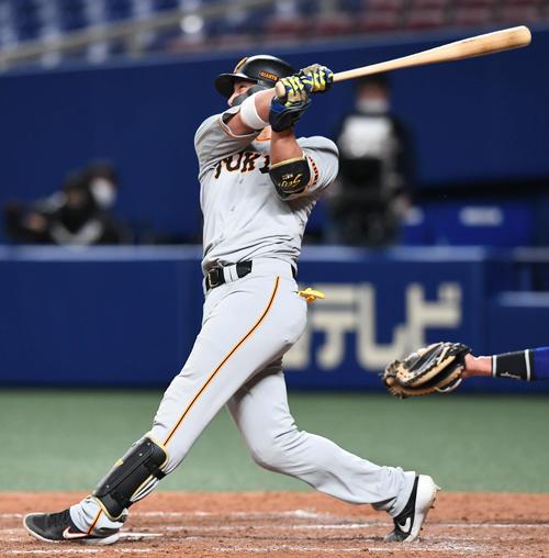 中日対巨人 5回表巨人1死二塁、小林は左中間へ適時二塁打を放つ(撮影・山崎安昭)