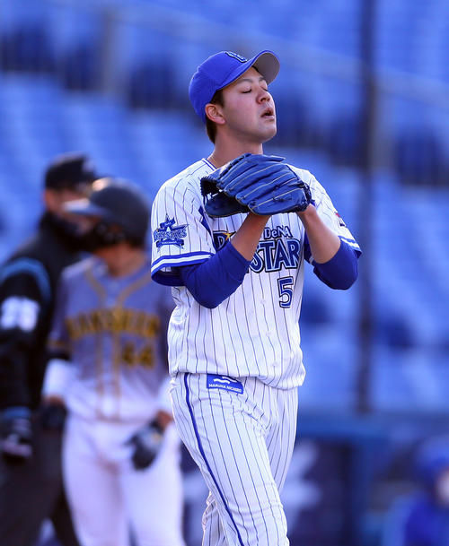 DeNA対阪神 2回表阪神1死一塁、島田に右前打を許し、一、三塁に走者を背負い肩を落とす平良(撮影・大野祥一)