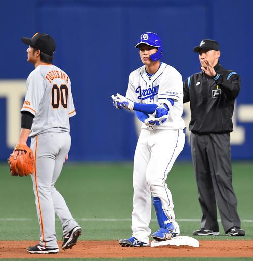 中日対巨人 1回裏中日2死、三塁失策で出塁し二塁へ進む石川昂弥(撮影・森本幸一)
