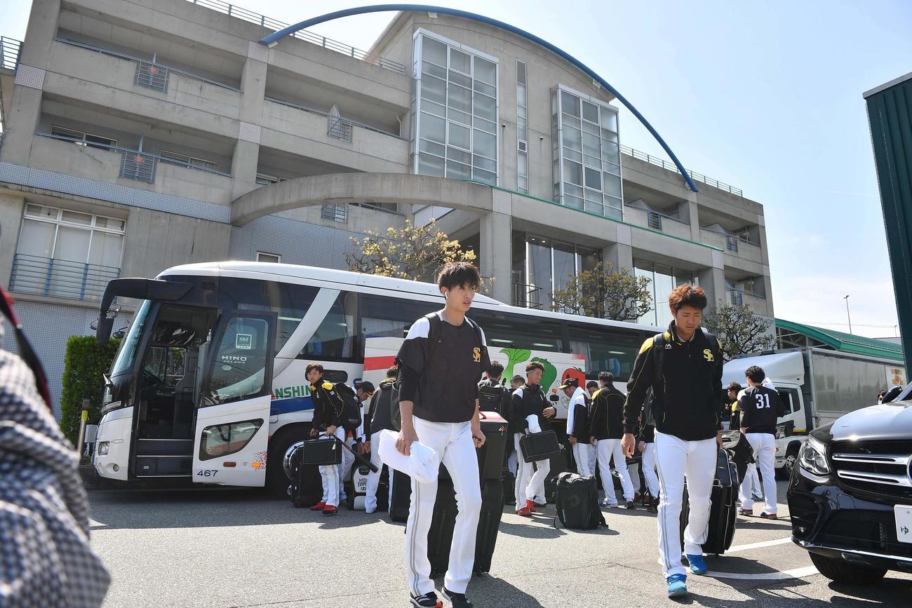 鳴尾浜球場に到着したソフトバンクの選手。阪神選手のPCR検査実施の為、2軍戦が中止となった