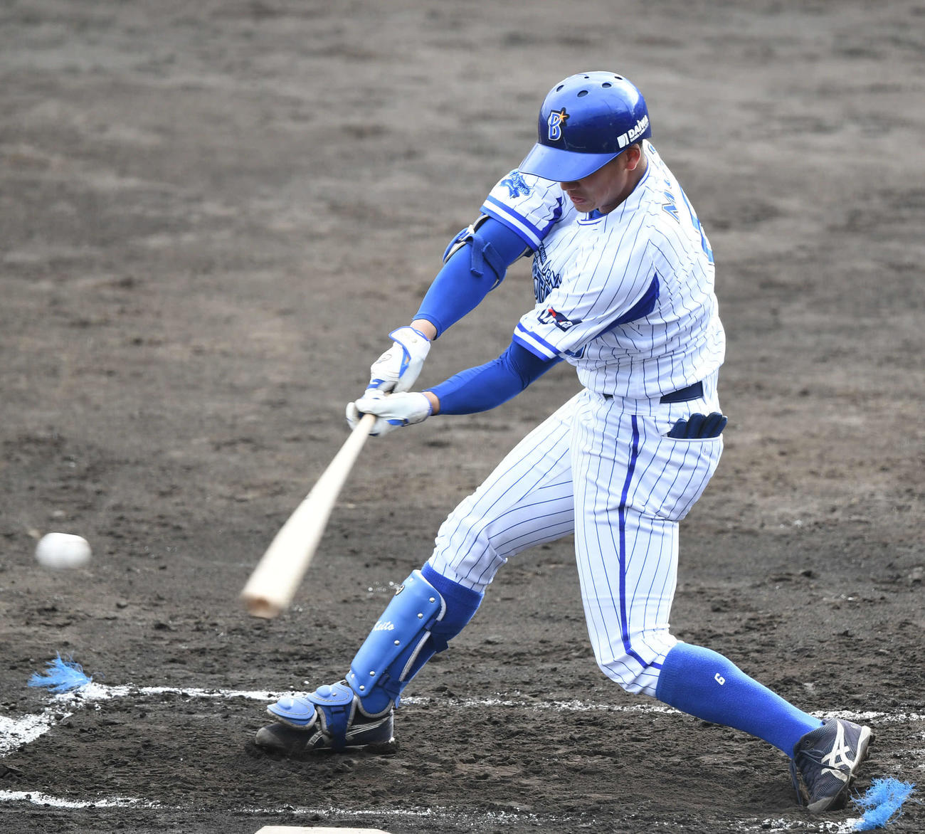 DeNA対BC神奈川 6回裏DeNA無死一塁、森は右前打を放つ(撮影・山崎安昭)