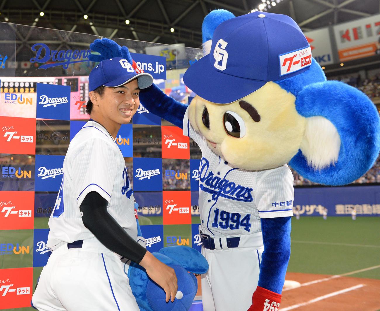 試合終了、ヒーローインタビューのお立ち台にあがりドアラの祝福を受ける山本拓実(19年9月16日撮影)