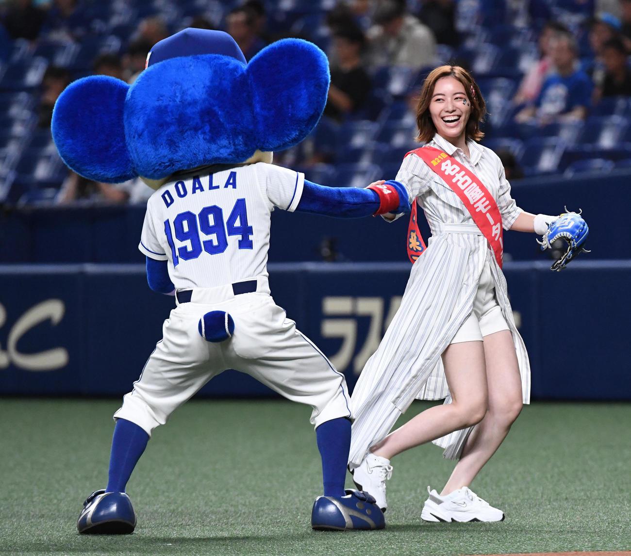 中日対ヤクルト スピードボールコンテストに出場したSKE48の松井珠理奈はドアラとじゃれ合う(19年8月30日撮影)