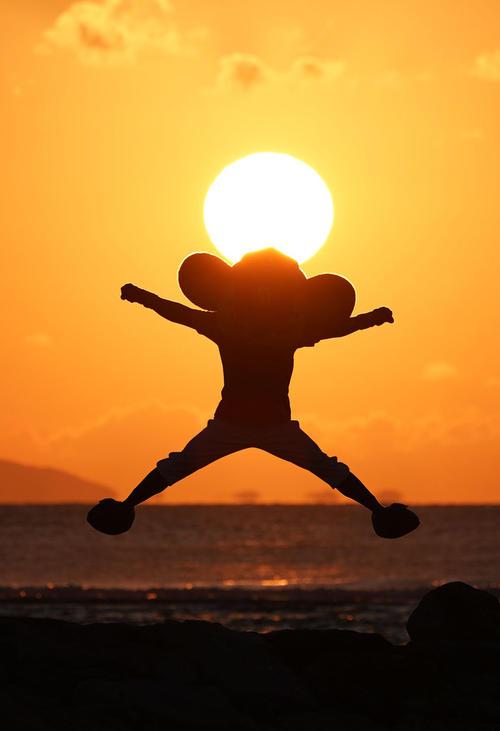 巨人戦に敗戦後、北谷で練習するナインの姿に夕陽に向かってシーズンでのリベンジを誓うドアラ(20年2月19日撮影)