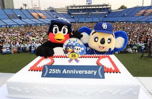 """19年4月7日、つば九郎25周年&ドアラ25周年""""すぺしゃるいべんと""""でファンと一緒に記念写真に納まるつば九郎(左)とドアラ"""