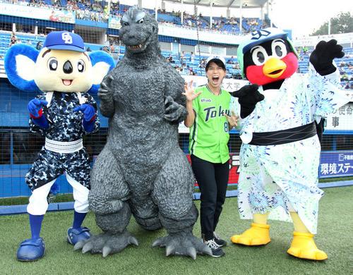 ヤクルト対中日 左からドアラ、ゴジラ、つば九郎(右端)と記念撮影する松本薫さん(19年8月16日撮影)