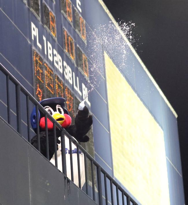 19年4月16日のヤクルト対阪神 7回裏、スコアボード前からバックスクリーンへ水をまくつば九郎(坊っちゃんスタジアム)