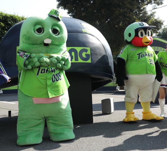 19年8月4日のヤクルト対中日 試合前イベントに登場した人気キャラクター「ガチャピン」(左)とつば九郎