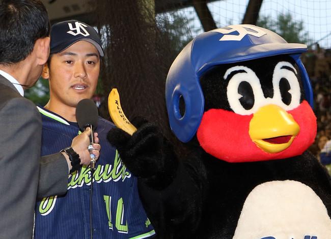 19年6月15日の西武対ヤクルト ヒーローインタビューで、「そんなばなな」と書かれたバナナをつば九郎から突きつけられる荒木貴裕