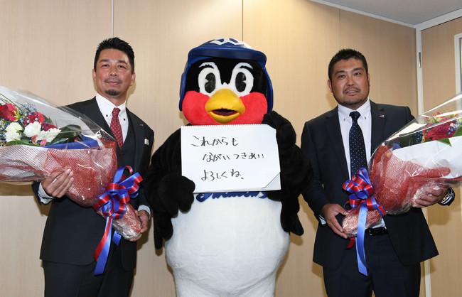 19年9月13日、引退会見を終えた館山(左)、畠山(右)と「これからもながいつきあいよろしくね」と記念撮影