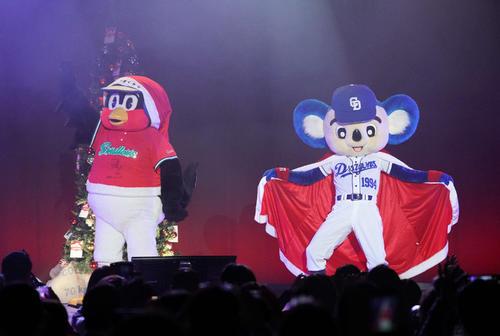 クリスマスディナーショーでサンタ風衣装で観客を盛り上げるドアラとつば九郎(19年12月22日撮影)