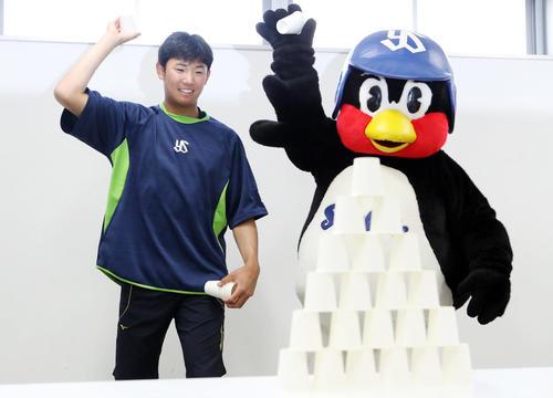 遊びながらできる練習法で、つば九郎といっしょに紙コップを投げる奥川(20年3月26日撮影)