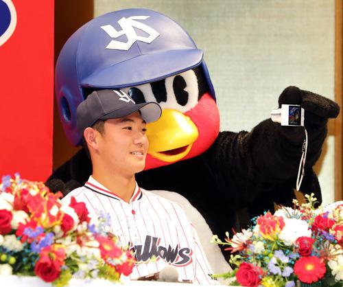 19年12月3日のヤクルト新入団選手発表会 つば九郎と記念撮影するドラフト1位の奥川恭伸