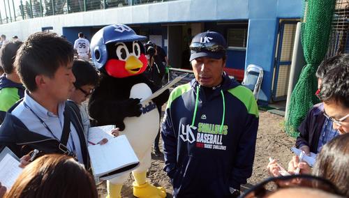 20年2月19日の練習試合 ヤクルト対楽天 試合後、記者の質問に答える高津監督の左後方でメモを取るつば九郎