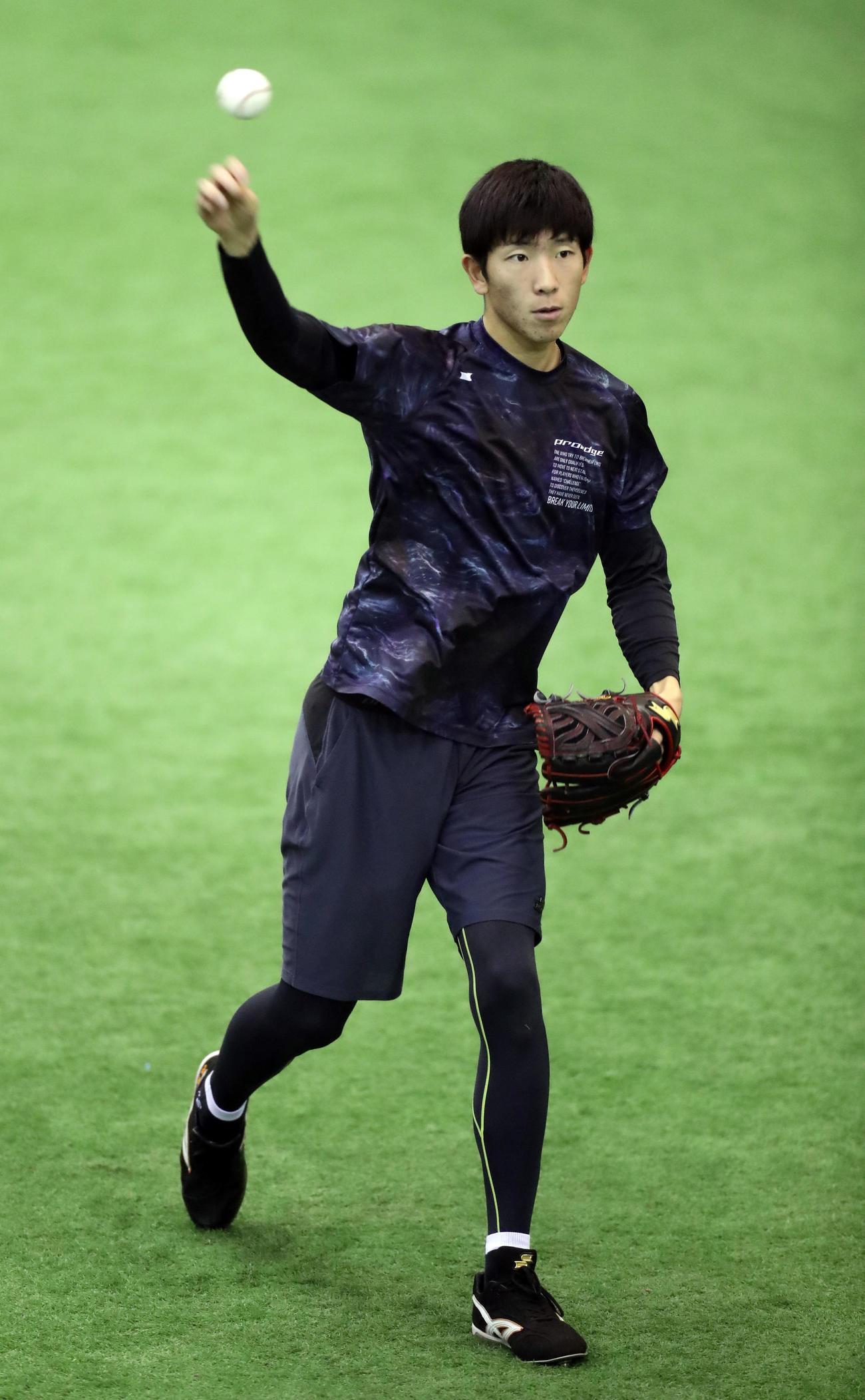 キャッチボールする戸郷(撮影・浅見桂子)