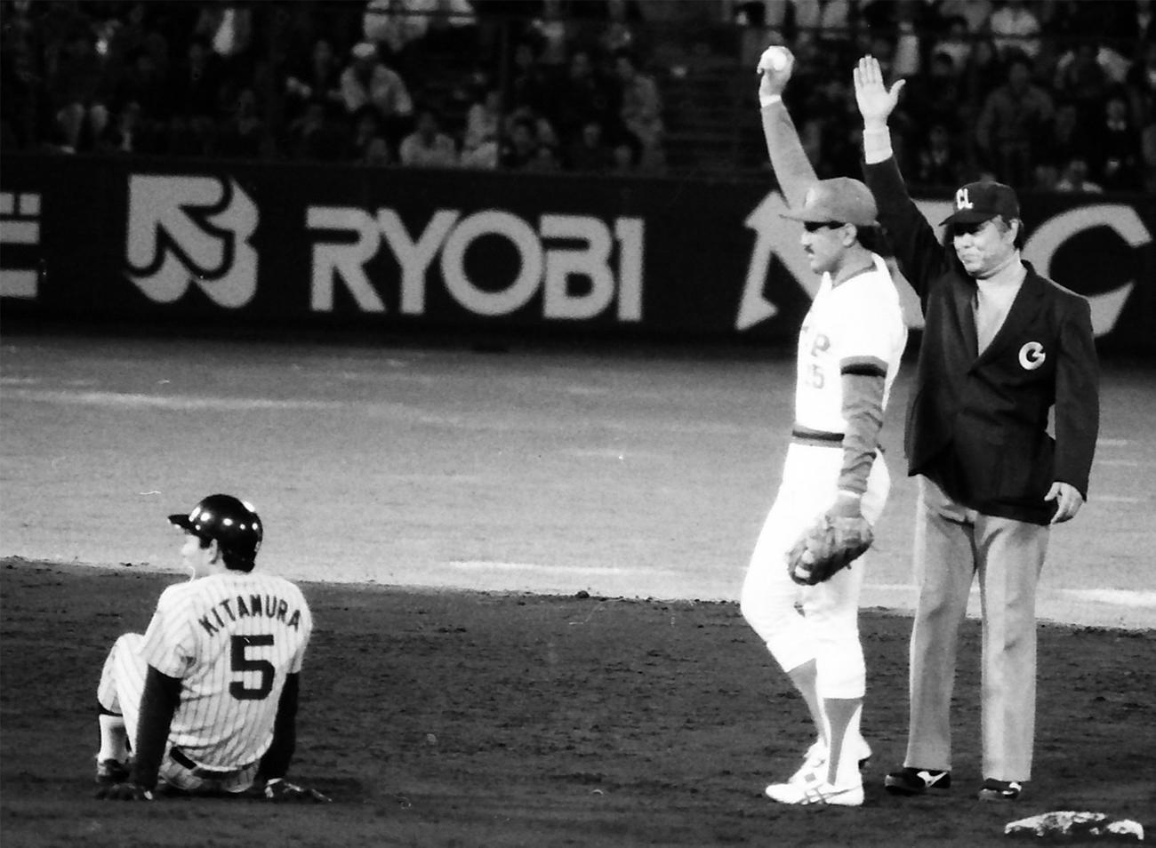 10回表阪神1死二塁、打者弘田澄男のとき、隠し球でアウトになる阪神北村照文。二塁手は広島木下富雄(1985年4月13日撮影)