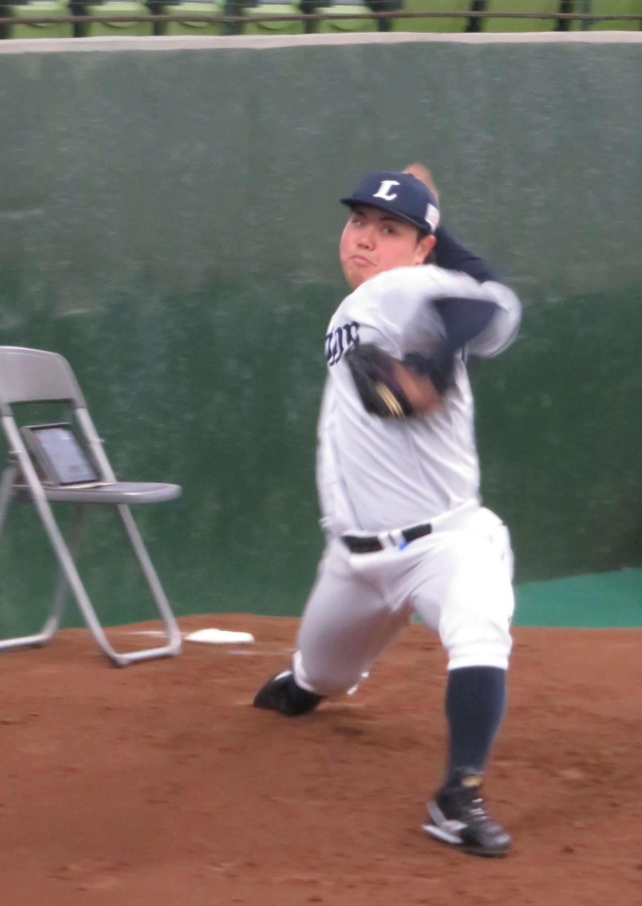 ブルペン投球する西武平良(撮影・栗田成芳)