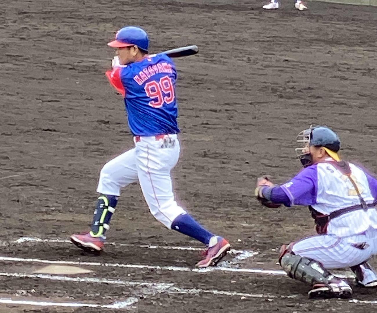 BC神奈川との練習試合で左前安打を放つBC武・蔵片山博視内野手兼ヘッドコーチ(撮影・湯本勝大)