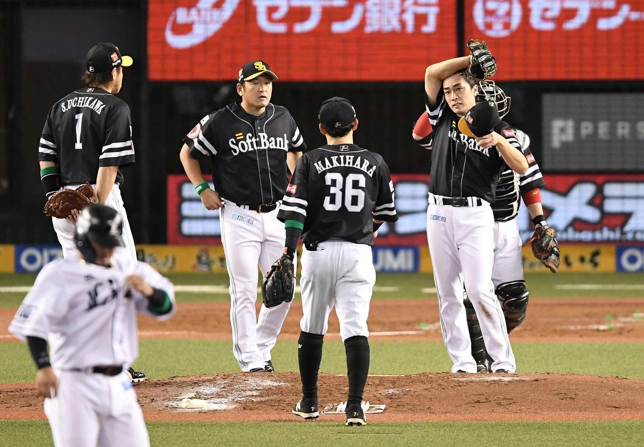 10月9日、ファイナルステージで中村に適時打を浴びた和田(右)
