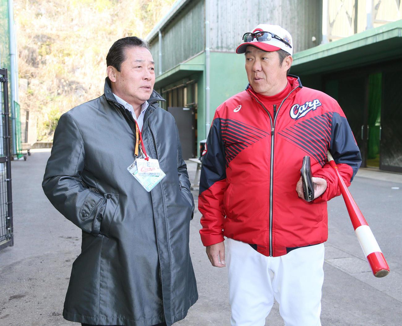 19年2月、佐々岡コーチ(右)と話す梨田氏